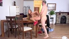 Novinha deixa tio tirar seu shortinho chupar foder a xota