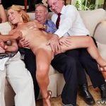 Sobrinha na sacanagem com três tios no sofá da sala