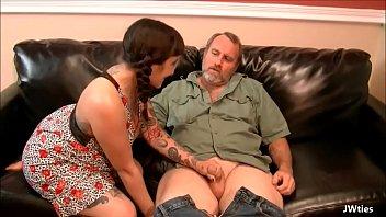 Filha bunduda chupa e leva rola grossa e porra do pai na buceta