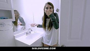 Irmão safado invadindo banheiro com irmã pelada fazendo sexo a força