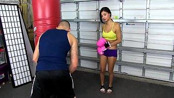 Novinha sexo com primo na academia na aula de luta