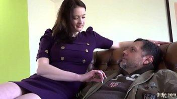 Putinha faz sexo com pai maduro e goza gostoso
