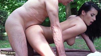 Sobrinha morena faz sexo com tio no bosque