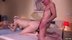 Avô sarado faz sexo com neta deliciosa em cima da cama