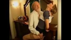 Avô tarado estuprando a netinha gostosa neste videos de incesto caseiro