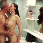 Filha provoca pai nua no banheiro e fode feito puta