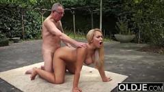 Loira cavala tira roupa e faz sexo ao ar livre com pai de criação