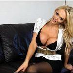 Loira dos peitos gigantes sexo virtual na webcam com o sobrinho