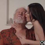 Neta quente tira roupa e faz sexo com vovô no chão da sala
