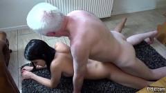 Pai de cabeça branca come a xana da filha novinha deliciosa
