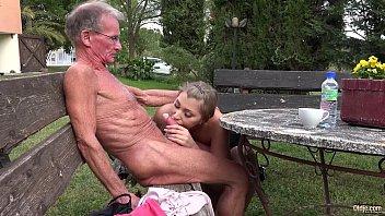 Avô idoso fode a neta tesuda e goza na boca