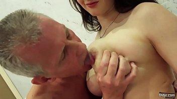 Filha atraente dos seios grandes chupa e faz sexo com pai no banheiro