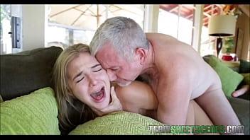 Filho dorme com mãe e fica com tesão ao ver a buceta da coroa gostosa no incesto Porno