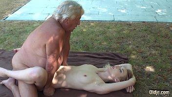 Loira gostosa fodendo com tio barrigudo na beira da piscina