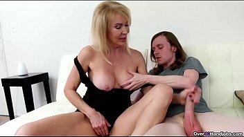 Mãe coroa goza masturbando a racha e batendo punheta para o filho