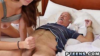 Putinha goza muito na suruba na cama com tios coroas