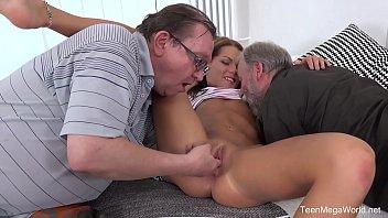 Putinha goza na suruba proibida com pai e tio coroa