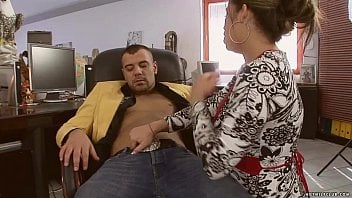 Safada faz massagem chupa e fode com tio gostoso até gozar