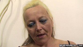Safado vai fotografar a sogra loira coroa e ganha boquete e fode o bucetão