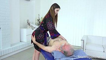 Sobrinha jovem faz massagem chupa fode e ganha leite do tio na boquinha
