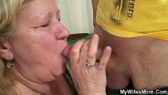 Filho ganha boquete e fode sua mãe gorda coroa no dia do aniversário