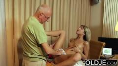 Neta adolescente fazendo sexo com vovô tarado