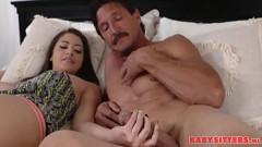 Pai maduro e filha praticando muito sexo oral na cama