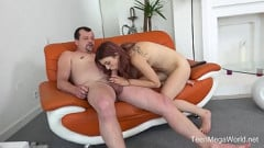 Pai pega filha se masturbando chupa e arregaça a buceta quente