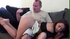 Pai tarado castigando filha gostosa após descobrir que a gostosa perdeu a virgindade