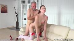 Safada faz striptease e fode com tio coroa por dinheiro