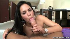 Safado do pau grande praticando sexo oral com a mulher do irmão