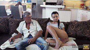Moreninha faz sexo no sofá com seu sogro perto do namorado corno