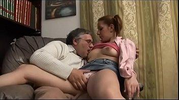 Pai fode a buceta da filha ninfeta na sala de casa