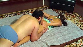 Safadinha faz sexo com seu pai gordinho na cama no incesto xxxx