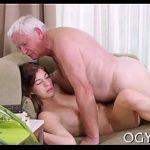 Avô gordinho de cabelos brancos fodendo xexeca da netinha