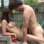 Flagra casal de primos fazendo sexo no terreno abandonado