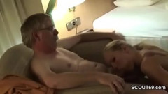 Loira experiente faz sexo perfeito com seu pau maduro