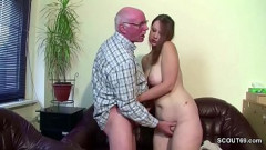 Neta fofinha pervertida faz sexo com avô até ganhar leitinho