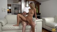 Neta magrinha modelo faz sexo com avô coroa barbudo