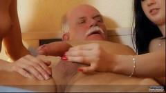 Netas vadias dividem o cacete do avô gordinho nas bucetas