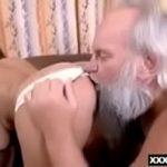 Novinha do rabo gigante chupa e faz sexo com vovô barbudo