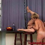 Tia viúva pratica sexo oral com sobrinha lésbica