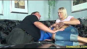 Loira ousada fode com pai da rola enorme no sofá da sala