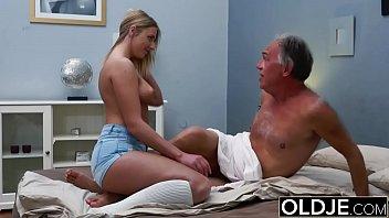 Loirinha tesuda faz massagem e fode com vovô bom de foda