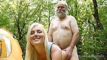 Neta loirinha fodendo com avô no gramado do acampamento
