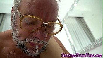 Neta peituda fodendo com avô barbuda na cama