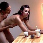 Incesto caseiro fodendo a irmã em cima da mesa do café