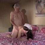 Netinha de 18 anos faz sexo com vovô de 80 anos na cama