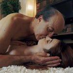 Pai careca faz sexo com filha no tapete da sala