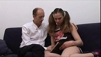 Pai viúvo carente faz sexo com filha novinha deliciosa
